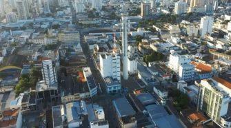 Centro de Campos dos Goytacazes, vista aérea com torre e telecomunicações ao centro e prédios em volta