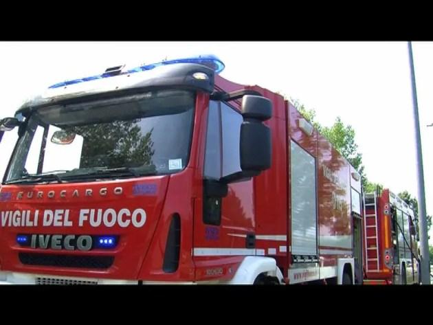 Tetto in fiamme in via Mulinetto a Ferrara