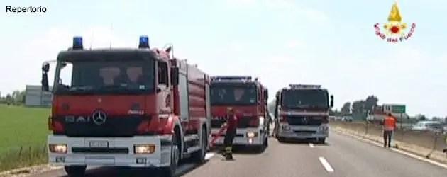 Camion di rotoballe prende fuoco in A13