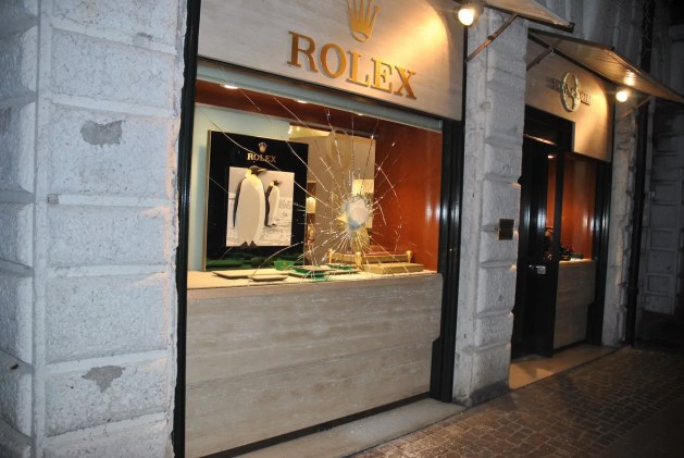Spacca la vetrina e ruba Rolex da 70 mila euro: fermato dai passanti