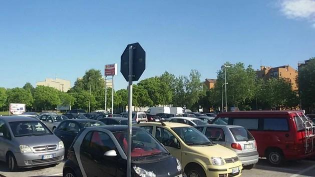 Borsa abbandonata al parcheggio: scatta la paura attentati. Ma era solo un falso