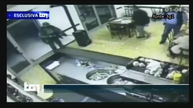 """Le immagini di Igor che uccide Fabbri. La moglie: """"Perché non lo prendono?"""" – VIDEO"""