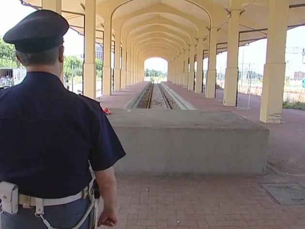 Derubato in stazione, rincorre i ladri sui binari