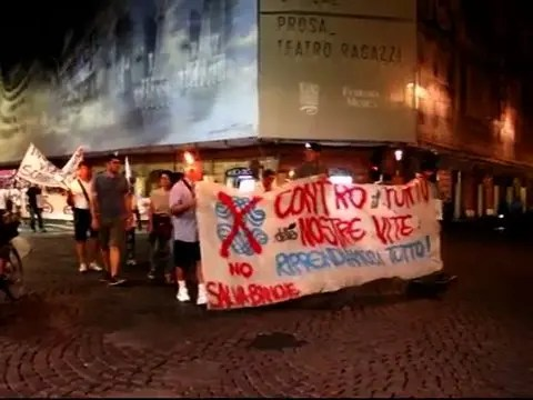 La fiaccolata degli azzerati Carife sono scesi in piazza