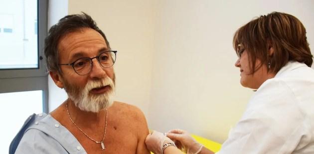 Tiziano Carradori si vaccina