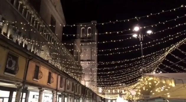 In centro a Ferrara è già Natale – VIDEO