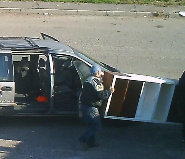 Bondeno, filmati dalle telecamere mentre 'scaricano' rifiuti