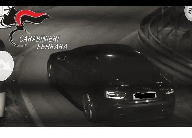Auto di ladri in fuga: pattuglia dei carabinieri speronata