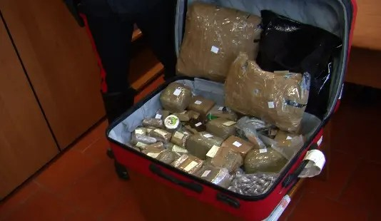 Maxi-sequestro di droga: più di 11 chili trovati sull'armadio – VIDEO