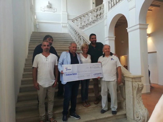 Mille euro a Telethon grazie alla sfilata ai Trepponti di Comacchio