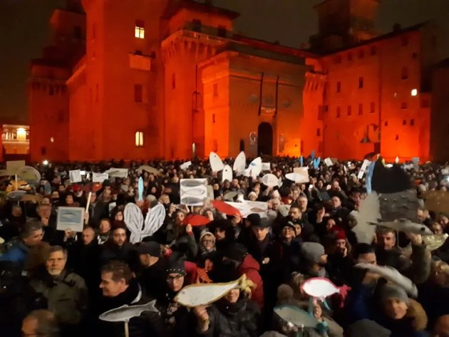 """Le """"sardine"""" a Ferrara: in migliaia in Piazza Castello – VIDEO"""