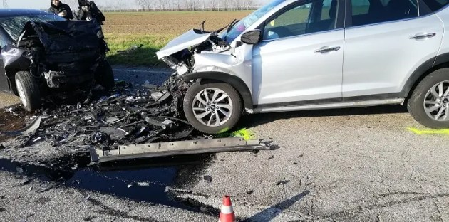 Cento, incidente stradale in via Modena. Tre feriti