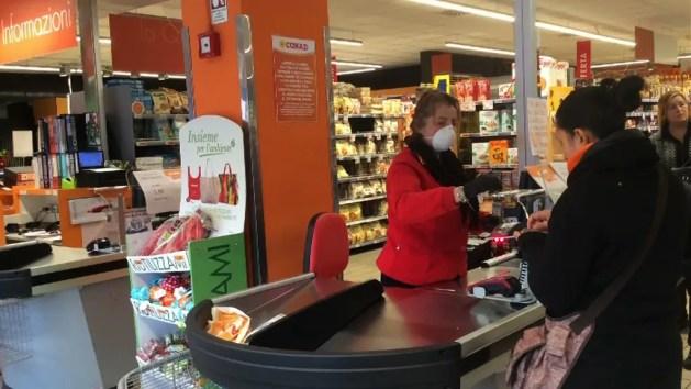 Assalto ai supermercati: ferraresi a caccia di igienizzanti e prodotti lunga conservazione – VIDEO