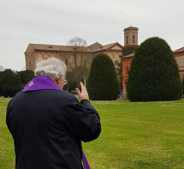 Arcivescovo Ferrara in Certosa prega per defunti e ricorda vittime di covid-19