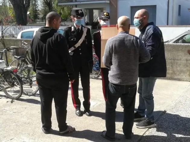 Pensionato confessa di non riuscire a procurarsi cibo: intervengono i carabinieri