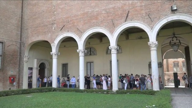 Banksy a Palazzo Diamanti a Ferrara, oltre 15mila visitatori nel primo mese – VIDEO