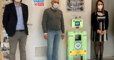Corporeno, Giulio Barbieri dona alla scuola il robot che misura la febbre e igienizza mani e piedi dei bambini