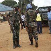 Una fuerza de paz de servir en la Misión de las Naciones Unidas de Estabilización en la República Democrática del Congo (MONUSCO) y un soldado congoleño montan guardia.  (Foto: Reuters)