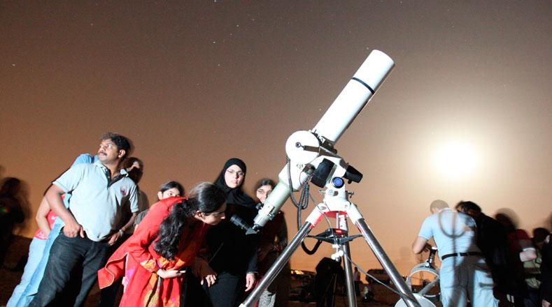 Algunas personas se reúnen para apreciar la lluvia de meteoros Perseid, o más conocida como las Perseidas o Lágrimas de San Lorenzo, desde la ciudad de Margham, 100 km sudeste de Dubai, Emiratos Árabes Unidos.
