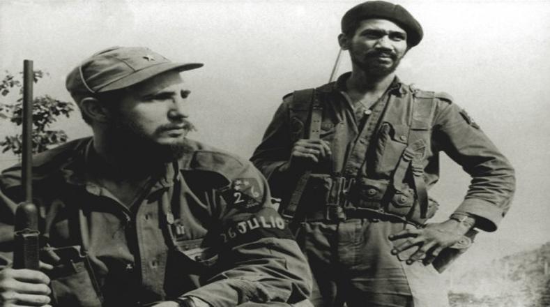 Fidel Castro en la Sierra Maestra en 1958, junto al  comandante Juan Almeida Bosque.