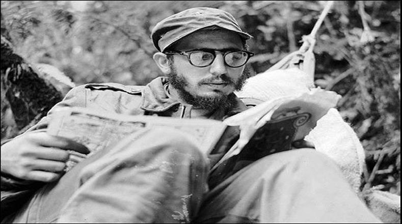 A pesar del peligro de la batalla, Fidel siempre encontraba tiempo para leer y diseñar estrategias militares para vencer a las fuerzas de Batista.