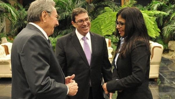Delcy Rodriguez (R) meets with Raul Castro (L) and Bruno Rodriguez.
