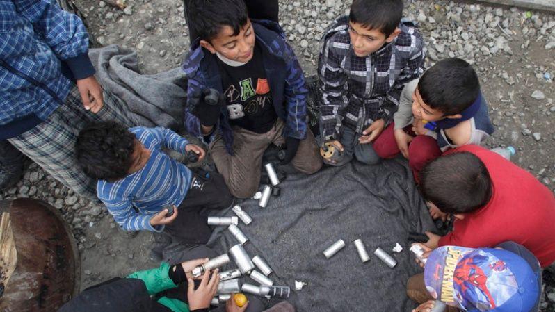 Niños juegan con los restos de las bombas lanzadas por las fuerzas de seguridad de Macedonia