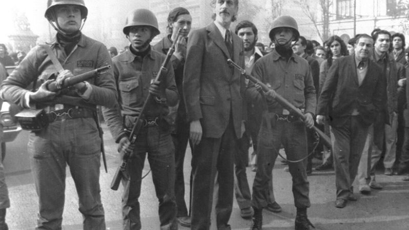 Troops loyal to President Allende defend the Minister of Defense outside the presidential palace.