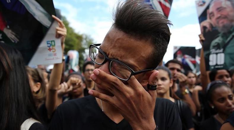 Un joven en La Habana llora por el comandante Fidel Castro.
