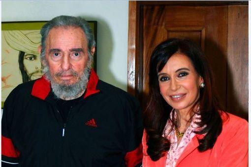 Fotografía del 21 de enero de 2009 en la que se observa al líder cubano Fidel Castro (i) al ser tomado de la mano por la presidenta de Argentina, Cristina Fernández de Kirchner (d), durante la visita oficial de la mandataria a La Habana (Cuba)