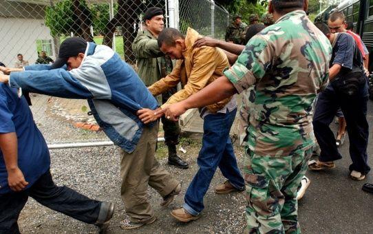 """Afirmar la presencia del paramilitarismo en el país es otorgarle """"garantías políticas"""" a quienes no las merecen, afirmó el funcionario."""