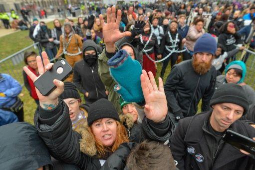 Manifestaciones similares ocurrían simultáneamente en distintos puntos de la capital estadounidense la mañana de viernes.