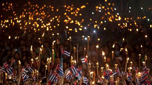 El pueblo cubano marcha para homenajear las figuras de José Martí y Fidel Castro, dos símbolos de la Revolución Cubana.