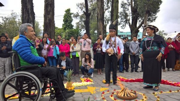 Lenin Moreno comparte con comunidades indígenas en Ecuador.