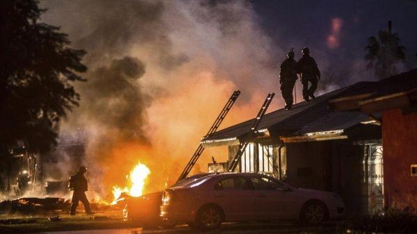 Dos casas quedaron destrozadas al desplomarse avioneta en California.