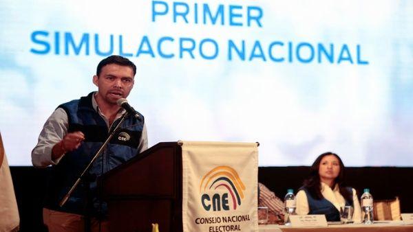 El presidente del CNE, Juan Pablo Pozo (i), durante un simulacro de votaciones desarrollado el pasado 8 de enero.