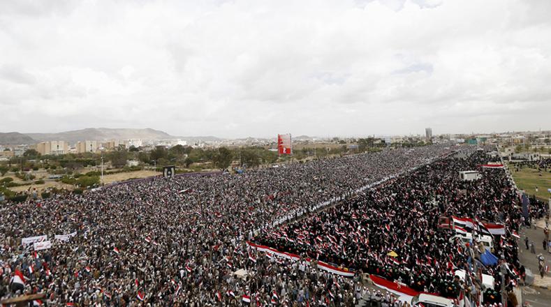 Los manifestantes se concentraron en la plaza de Al Sabain, en el sur de Saná, donde llegaron con pancartas y lemas.