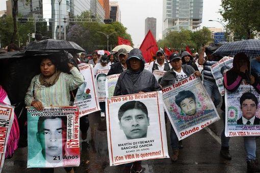 Familiares de los 43 jóvenes marcharon este 26 de marzo en la Ciudad de México tras 30 meses de su desaparición en el estado de Guerrero.