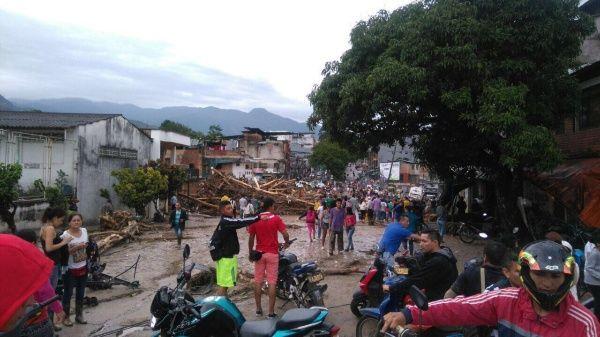 Habitantes de Mocoa ayudan en las labores de búsqueda y rescate.