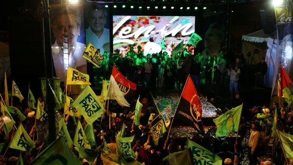 El pueblo ecuatoriano celebró el triunfo parcial de Moreno en Quito.