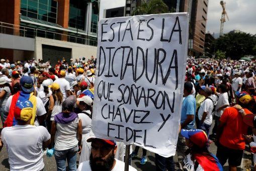 """""""El gobierno autoritario de Venezuela es tan brutal, que a """"la oposición"""" que sale a """"manifestarse"""" convocada por la MUD no parece quedarle otra que atacar e incendiar hospitales"""", cuestiona el profesor Bosch."""