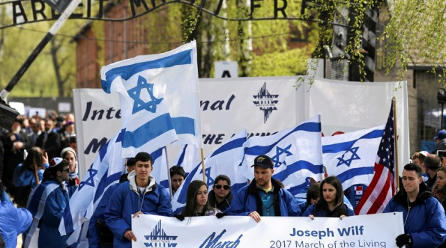 La primera marcha por la vida se realizó en 1988, desde entonces miles de personas marchan sobre lo que durante la Segunda Guerra Mundial fue el campo de concentración y exterminio de Auschwitz.