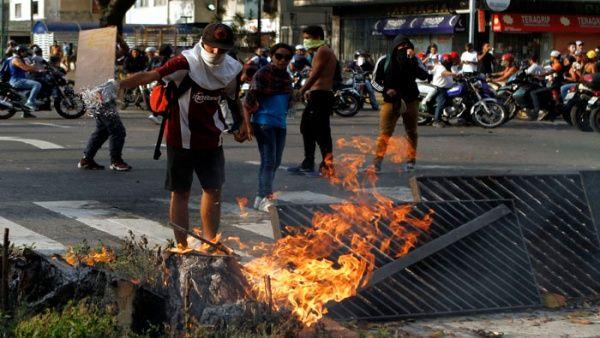Grupos vandálicos de la oposición trancan vías en Chacao.
