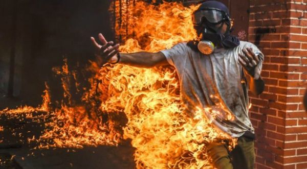 Un opositor se incendia accidentalmente durante un ataque violento contra la Guardia Nacional