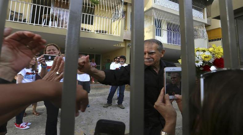López Rivera permaneció 12 años en prisión solitaria y sin contacto con el exterior ni con sus familiares. Estuvo en prisión por 36 años, siendo el último prisionero político puertorriqueño de la Guerra Fría y el que más tiempo cumplió en cárceles estadounidenses