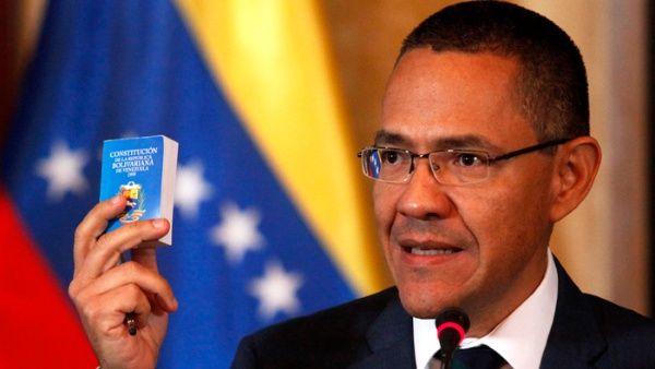 """Villegas instó a cesar el uso avieso de sus nombres para """"cargarle al Gobierno una supuesta política que conduce a la muerte de venezolanos""""."""