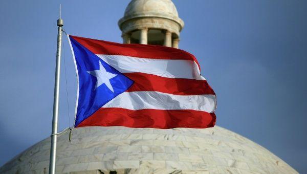 Puerto Rico es territorio estadounidense desde 1898 y como Estado Libre Asociado a ese país tiene una Constitución propia, aunque EE.UU. se reserva apartados de defensa, moneda, inmigración y aduanas, entre otros.