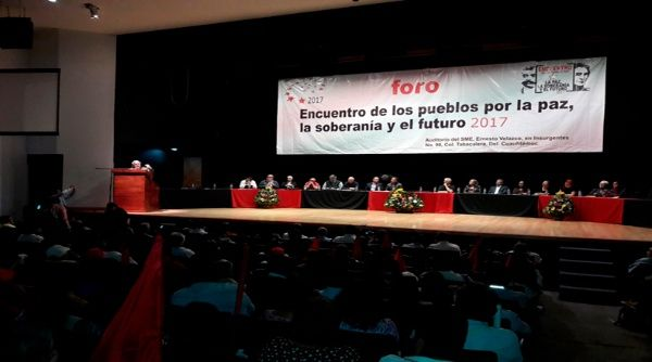 Luego de una movilización en México a favor de la paz, se realizó un foro con intelectuales como Fernando Buen Abad, Hugo Moldi y Héctor Bejar.
