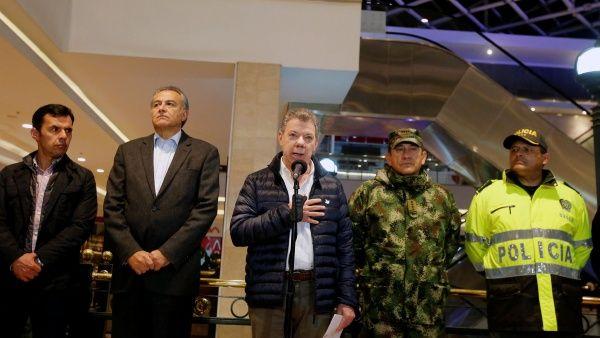 El presidente colombiano (c) declaró desde el centro comercial Andino, donde se registró la explosión.