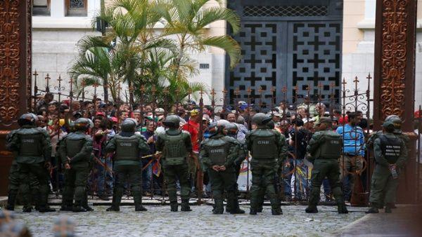 El pueblo venezolano, que se encontraba pacificamente a las afueras de la Asamblea Nacional, fue atacado por